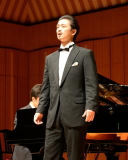 ステージで歌うテノール齋藤